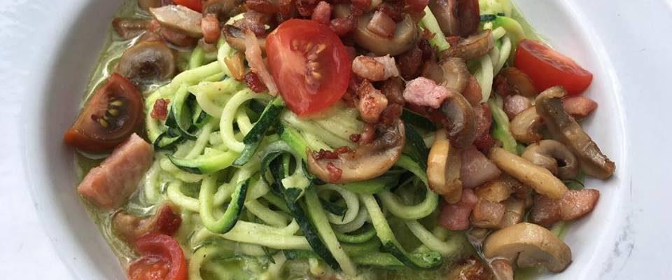 Squashspagetti m/ bacon & hjemmelaget pesto | glutenfri – lavkarbo