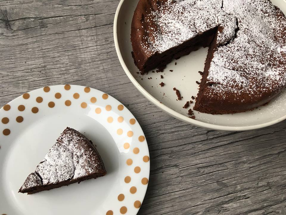 Lavkarbo sjokoladekake med to ingredienser. bilde