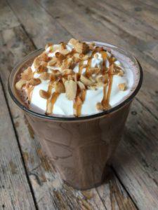 Lavkarbo snickers milkshake. bilde