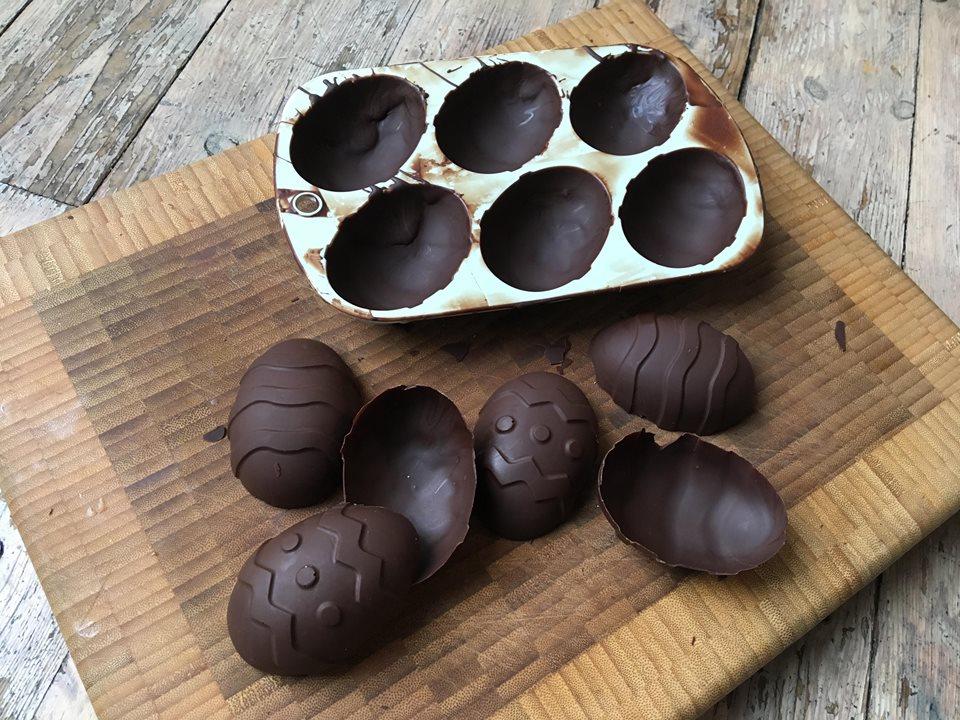 Lavkarbo sjokolade påskeegg. Bilde