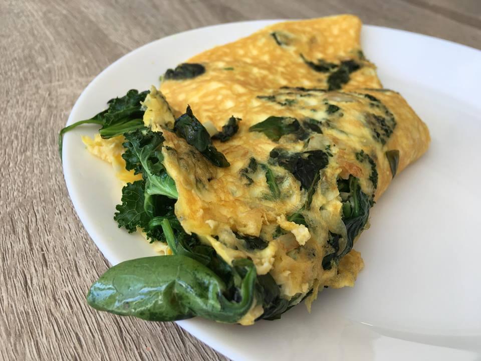 Omelett med grønnkål. Bilde